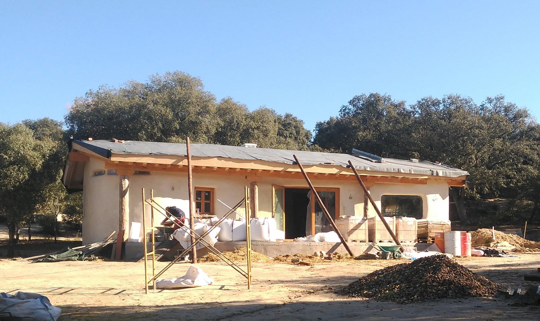 Con los muros de paja ya construidos. Andres y Graciela. MINKA Bioconstrucción y Alen y Calche
