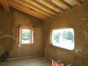 Interior en proceso sin revocos definitivos.
